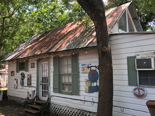 Victoria Cabin in Historic Old Sixth Ward
