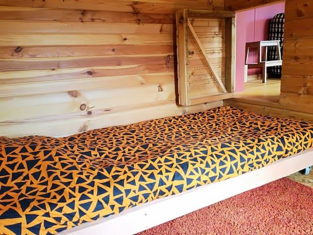 chambre avec lit une place