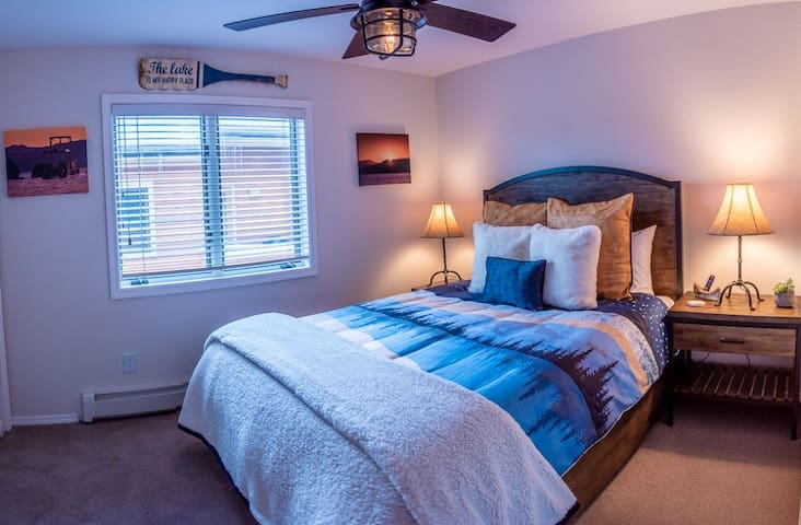 Lake room with queen bed