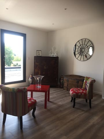Salon 1er étage réservé à nos hôtes avec TV