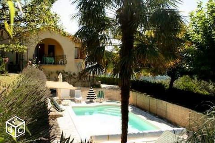 Appartement rdc dans maison avec piscine au calme - Joyeuse - Haus