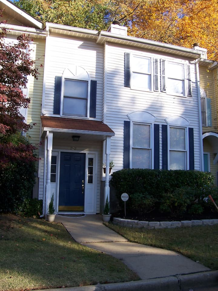 Townhouse in Avondale Estates 2 bed 2.5 bath Nice!