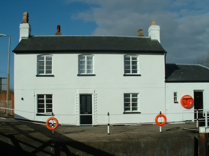 LOCK HOUSE, GLOUCESTER: A UNIQUE SITUATION