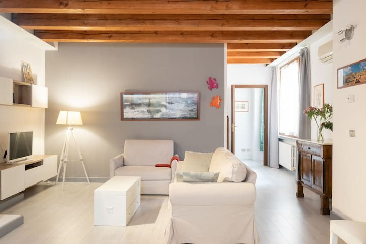 Perfectly Located Charming Apartment | Fast WiFi