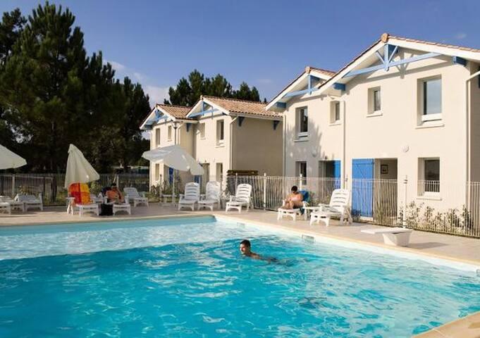 Maison dans résidence vacances avec  piscine