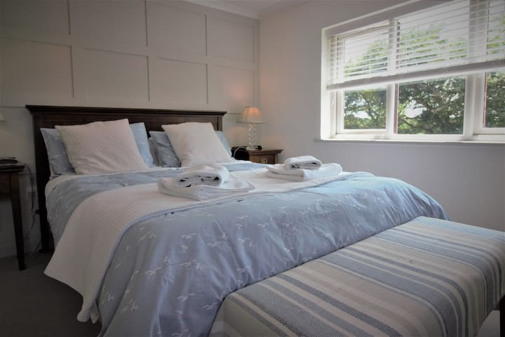Tranquil Cornish Farmhouse Stay - Meadow Suite