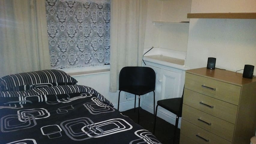 Lovely room close to Manchester University
