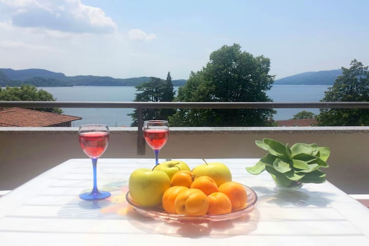 Lake Maggiore holiday apartment with marvellous lake views.