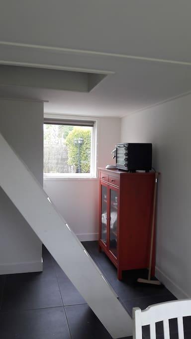 oven en koffiezetapparaat (senseo) met klein bureau
