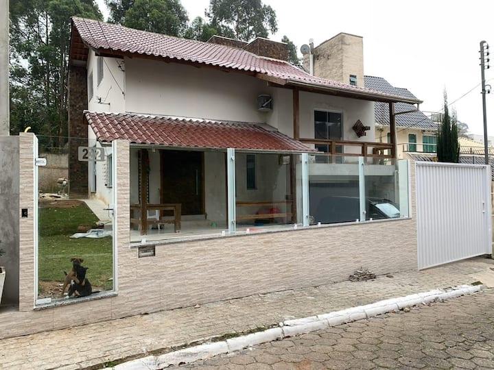 Casa lindíssima a 550 metros da Praia de Cabeçudas