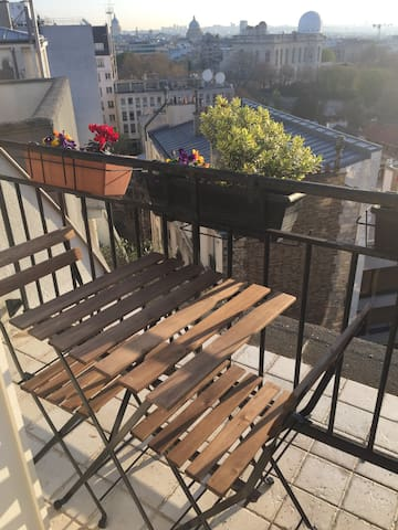 Quiet studio with a terrace over the roofs of Paris