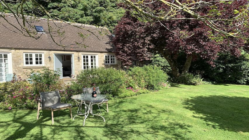 Quirky Cottage for two near Cirencester