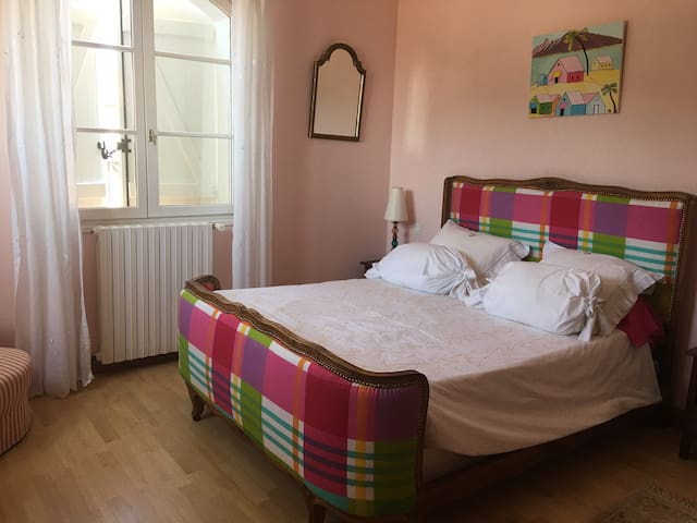 chambre rose +salle bain+petit déj. Pezenas 34120