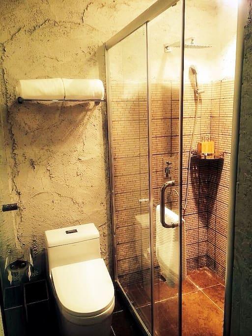 阳光双人房卫生间