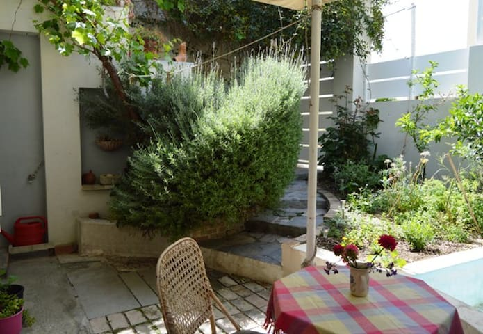 Cycladic aroma in a private apartment with garden!