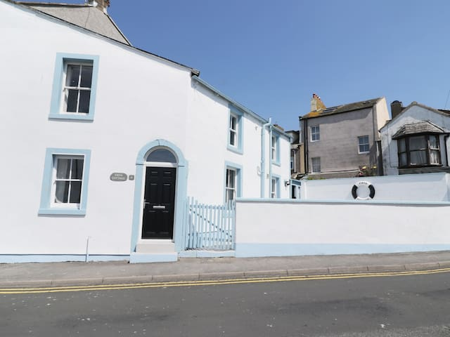 FIRTH COTTAGE, pet friendly, with a garden in Maryport, Ref 973402