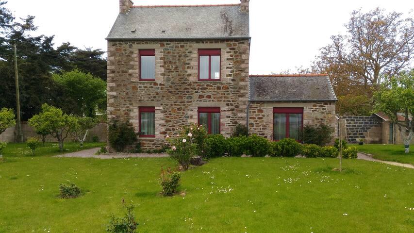 Jolie petite maison en pierre
