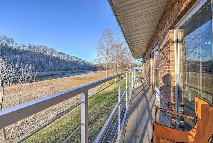 Lakeside Bluff City Apartment w/ Balcony! - Bluff City - Apartment