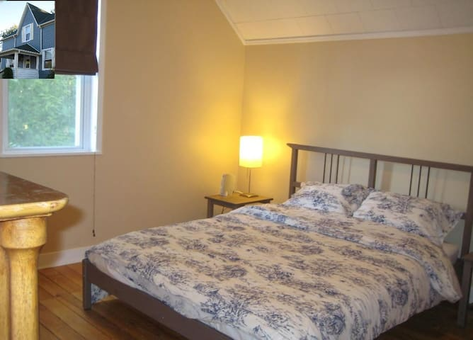 Queen of Haliburton, 23 Maple - Haliburton - Bed & Breakfast