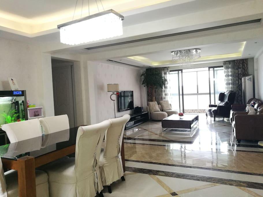 宽敞明亮的餐厅与客厅带给您舒适的入住体验