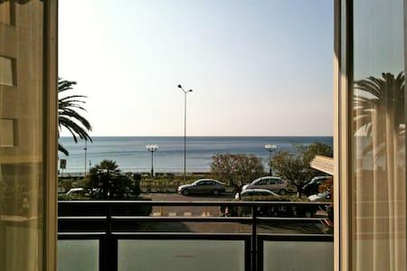 Un grande balcone davanti al mare - Spotorno - Daire