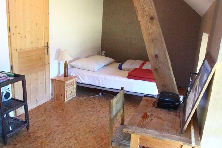 La chambre 1 avec un grand lit 2 places
