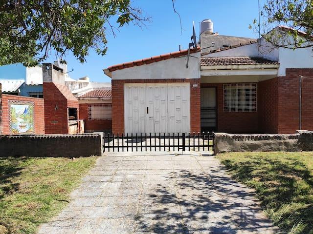 Casa con cochera p/6 personas en Claromecó