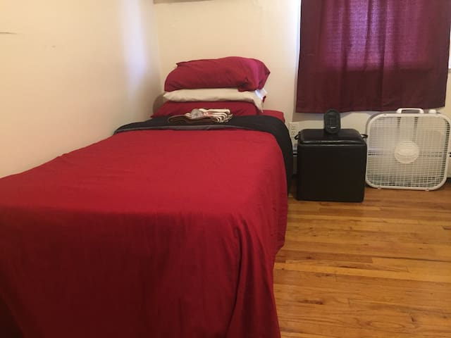 Cheap Small Bedroom w/Desk 10min to JFK & Mall