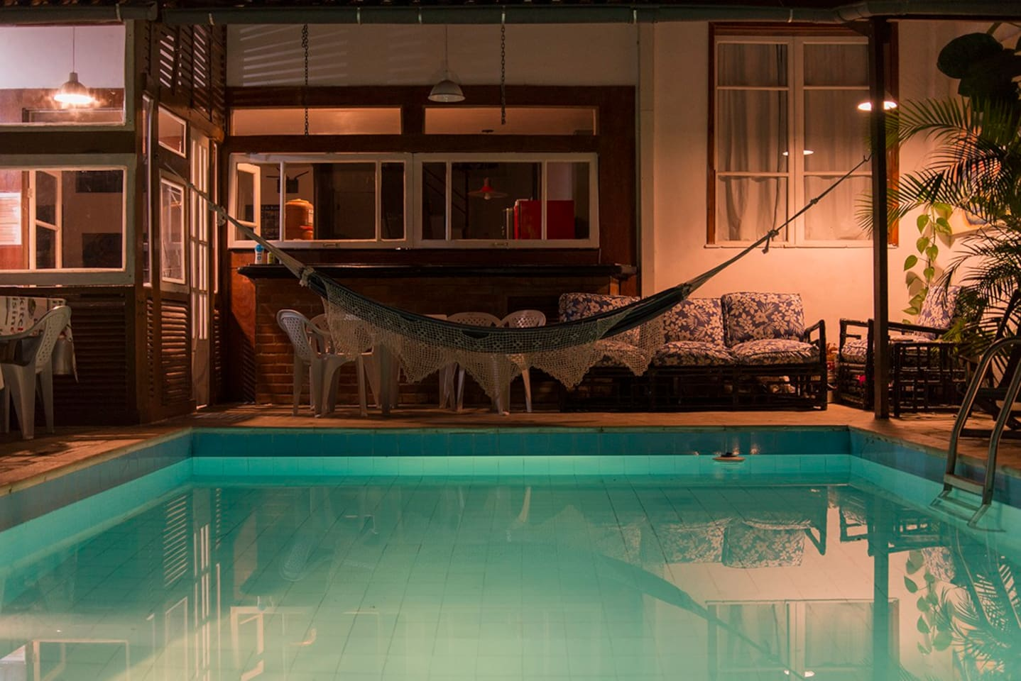 A beautiful hammock to rest and read a book besides the pool (BY NIGHT!!)
