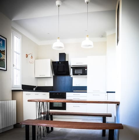 Une cuisine contemporaine et généreuse qui offre un four / micro-onde / refrigerateur-congelateur 180 L / Lave vaisselle / Plaques induction