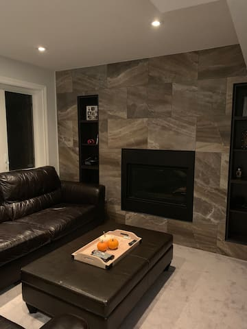 Modern.Spacious. Walk-out Basement Gas Fireplace