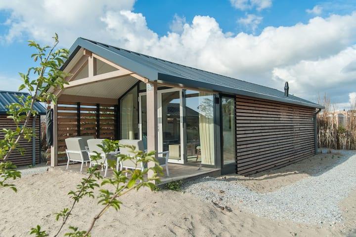 Lodge confortable avec hamac, à 900 m. de la plage.