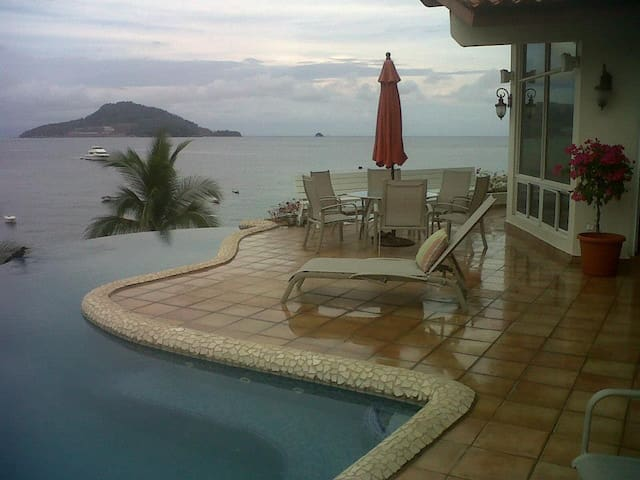 Beach front house with infinity pool and jacuzzi. - Taboga Island - House