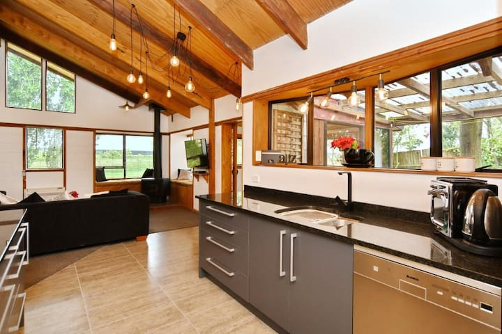 Pines Beach - Renovated Classic Kiwi Bach