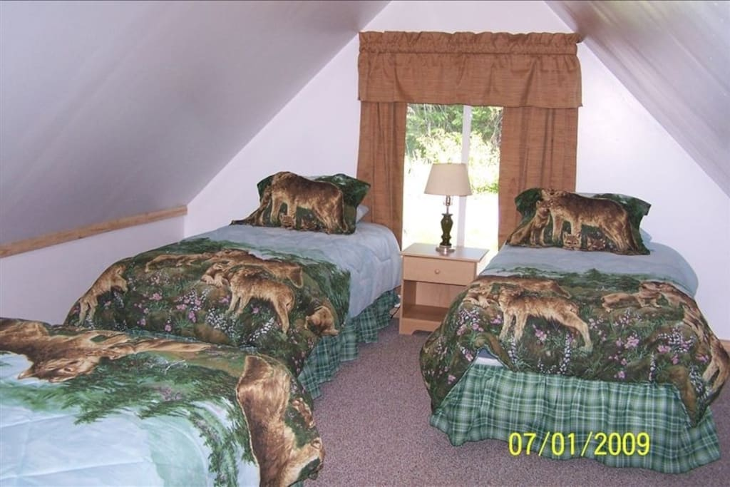 Wolf Den Cabin - Loft Bedroom with Double and 2 Singles