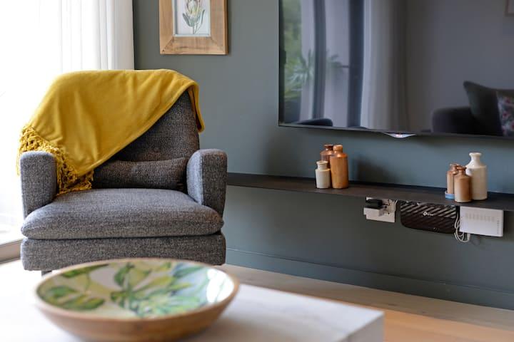 Modern 2-bedroom apt in lifestyle district Gardens
