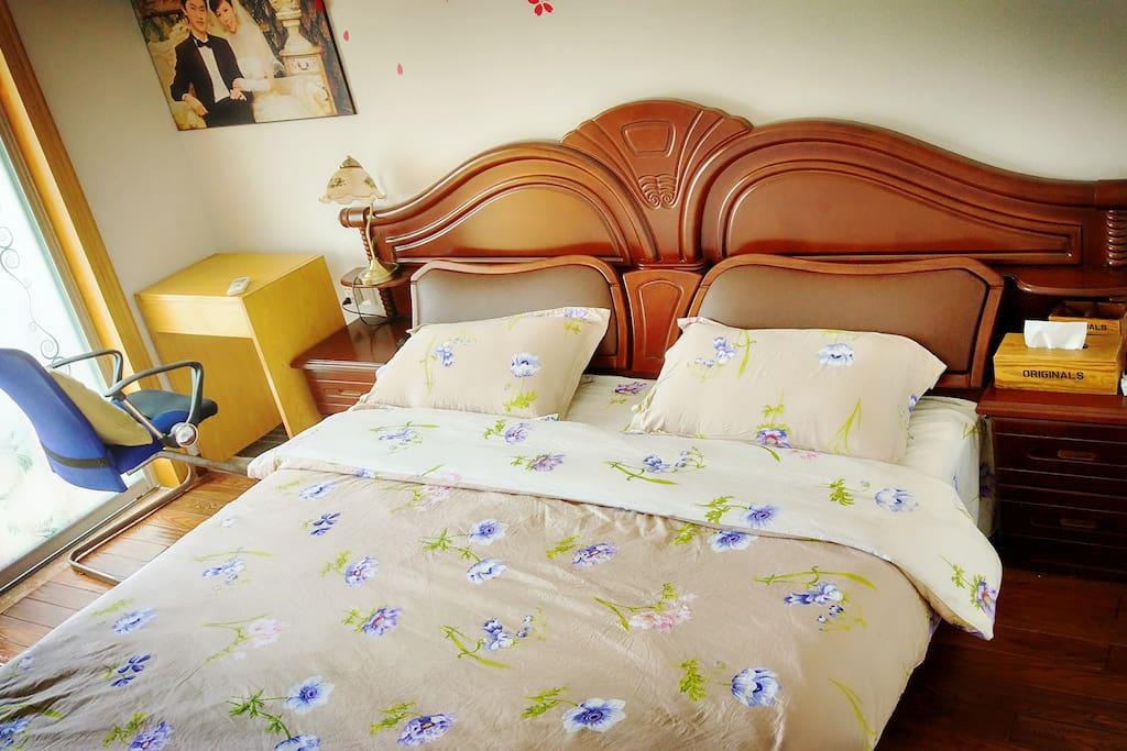 主卧的大床,让您一路旅途的劳累,得到充分的休息。墙边的婚纱照代表着曾经的青涩,如今廉颇老矣,但奋斗之心永驻~