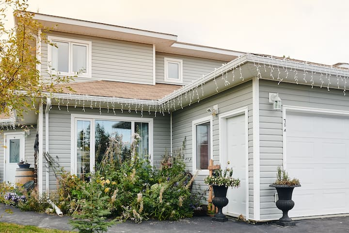 High End 3 Bedroom Home With Back Yard & Deck