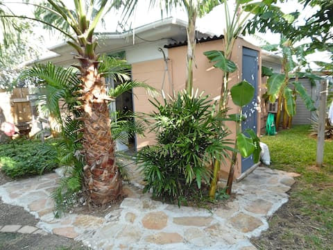 La Tortuga! 1BR, Tropical Fenced Yard, Dog ok