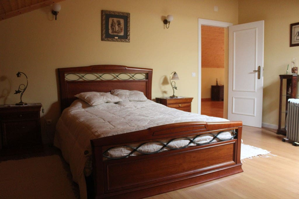 Quarto com um confortável pavimento de madeira/Room with a confortable wooden floor