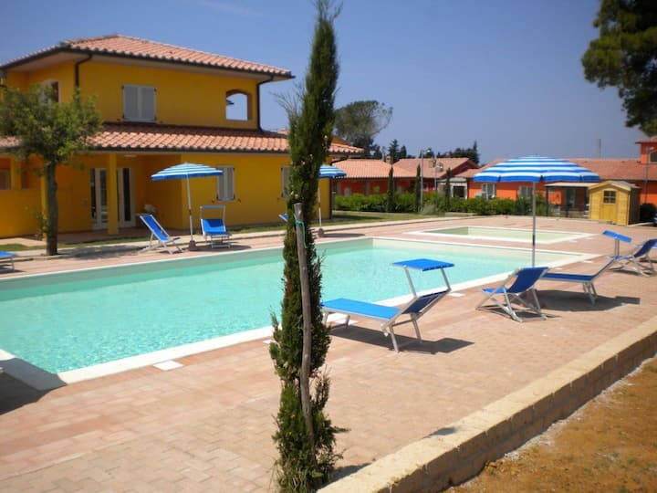 Beautiful apartment for 6 guests with WIFI, pool, A/C, TV, patio and parking