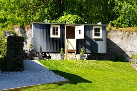 Cosy shepherds hut in Torpoint Cornwall,nr Raleigh