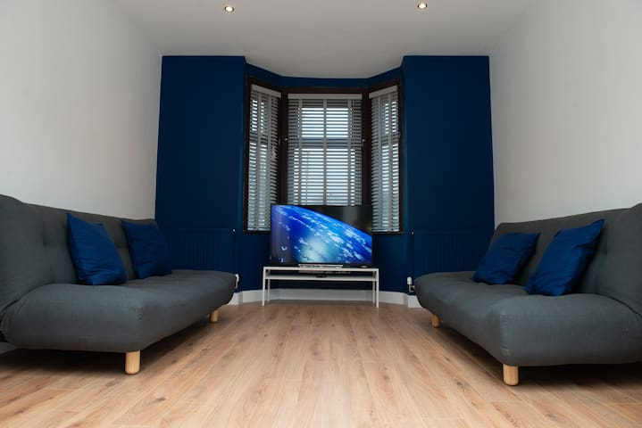 Newly Renovated Modern 3 Bedroom House - Sleeps 10