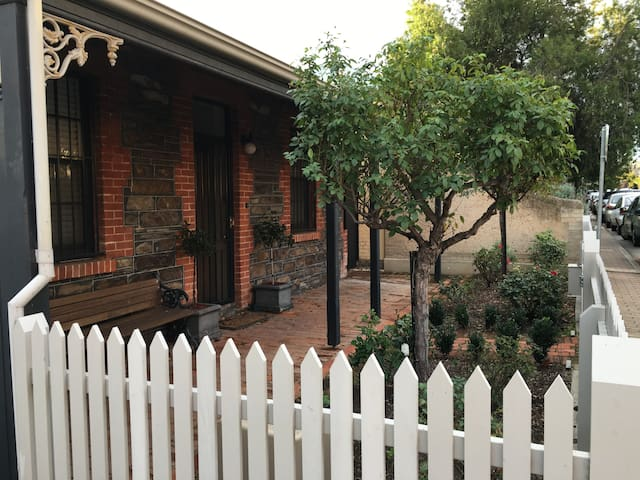 Appealing East End Cottage with convenience - Adelaide - House
