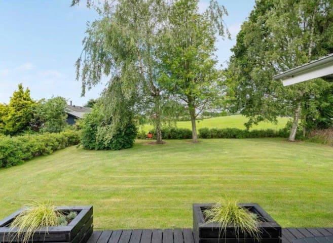 Hyggeligt sommerhus med brændeovn og stor have