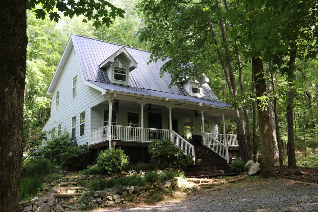 Welcome to Oakleaf Cottage! 27 acres of quiet mountain forest.