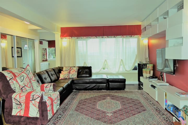 D SPACIOUS ROOM / DISCOUNTED HOME: NEAR SKYTRAIN