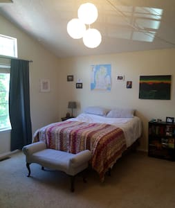 Master bedroom w/private bathroom and queen bed - Castle Rock
