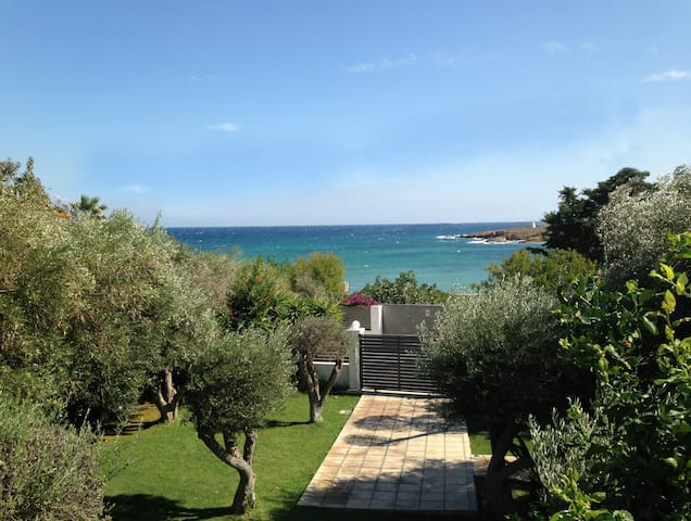 Spacious Seaside House 30 min from Athens