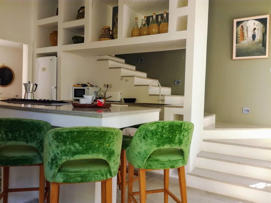 Cuisine américaine et escalier menant à l'étage